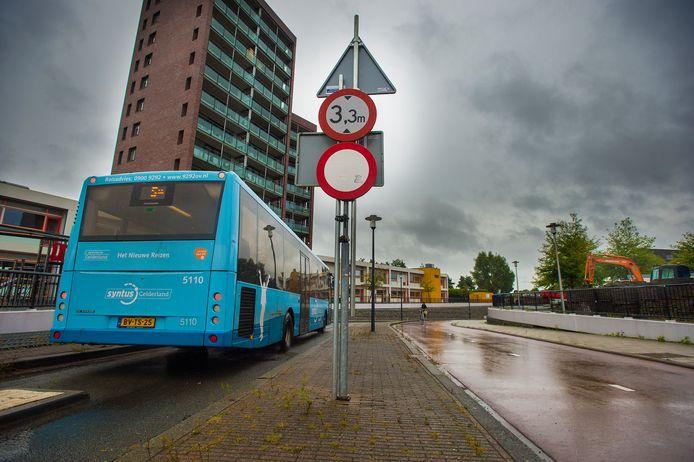 Deze Syntus-chauffeur rijdt goed, over de busbaan. Zijn collega belandde donderdag op het naastgelegen fietspad en ramde een viaduct.