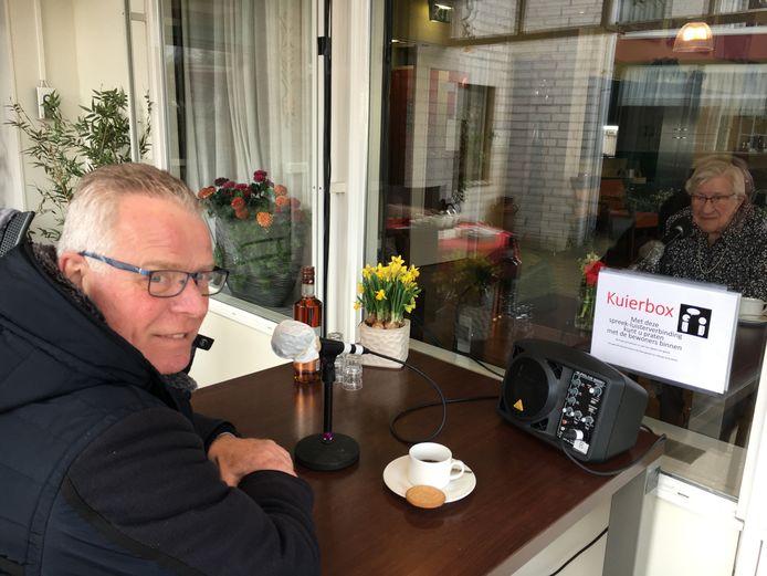 Helmig Westrik praat met zijn moeder Annie (91). Hij mag haar niet meer bezoeken omdat de verpleeghuizen op slot zitten vanwege de uitbraak van het coronavirus. Bij Woon- & Zorgcentrum Herfstzon in Goor hebben ze daar iets op gevonden: de kuierbox.
