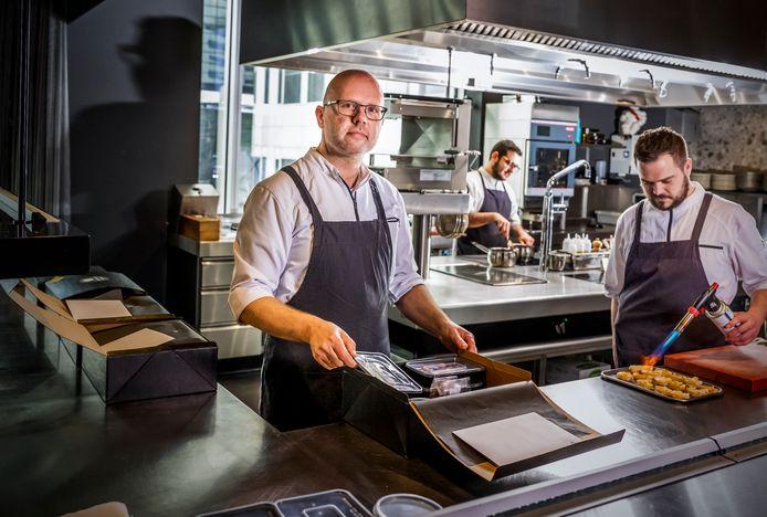 Chef-kok Wim Severein (links) in zijn keuken van sterrenrestaurant The Millen. Hij maakt nu een uitzondering voor stoofschotels.