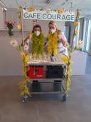 Enkele medewerkers van rusthuis Sint-Vincentius aan Café Courage.