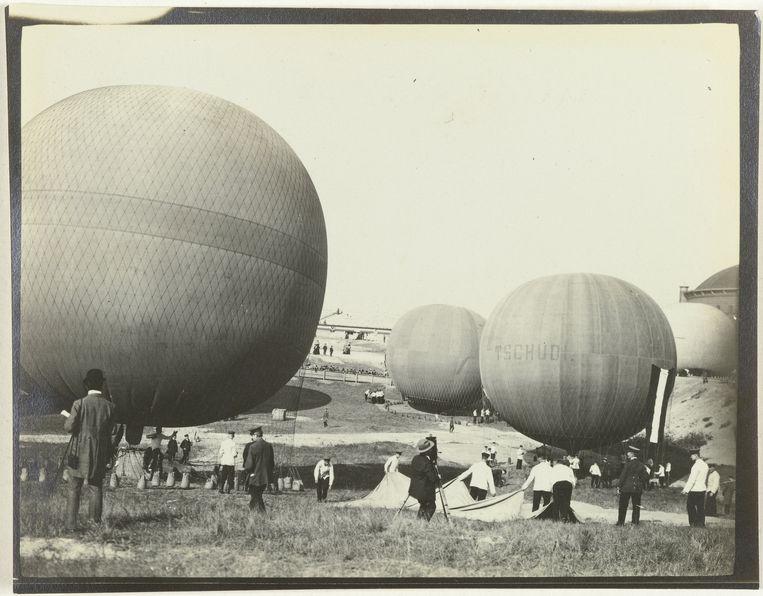 Vier opgeblazen ballonnen aan de grond bij de derde Gordon Bennett ballonrace Beeld null