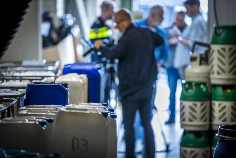 Politie en het de Landelijke Faciliteit Ondersteuning (LFO) ontruimen een groot drugslab aan de Locht in Kerkrade (2019).  Beeld ANP