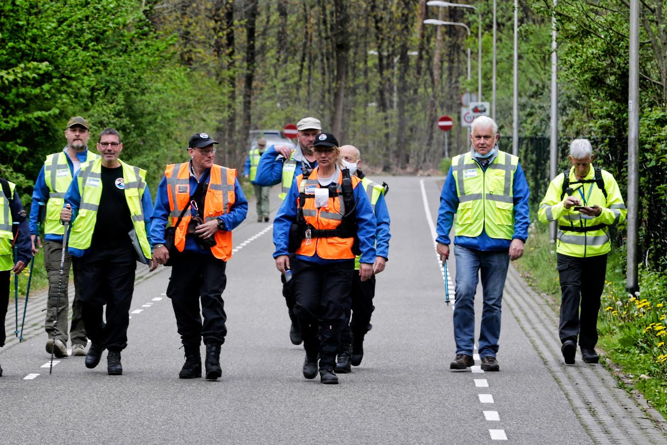Het Veteranen Search Team onderweg naar diverse plekken in het bos bij Zeist.