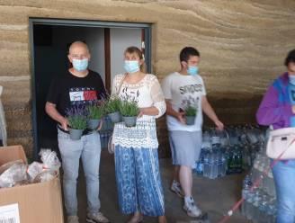 Een bloemetje en hulpgoederen uit Gabriëlparochie voor slachtoffers Chaudfontaine