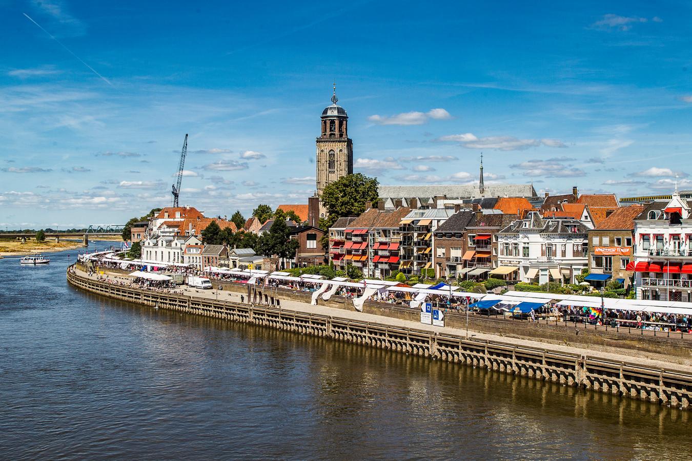 Langs de IJssel stonden tientallen kraampjes opgesteld.