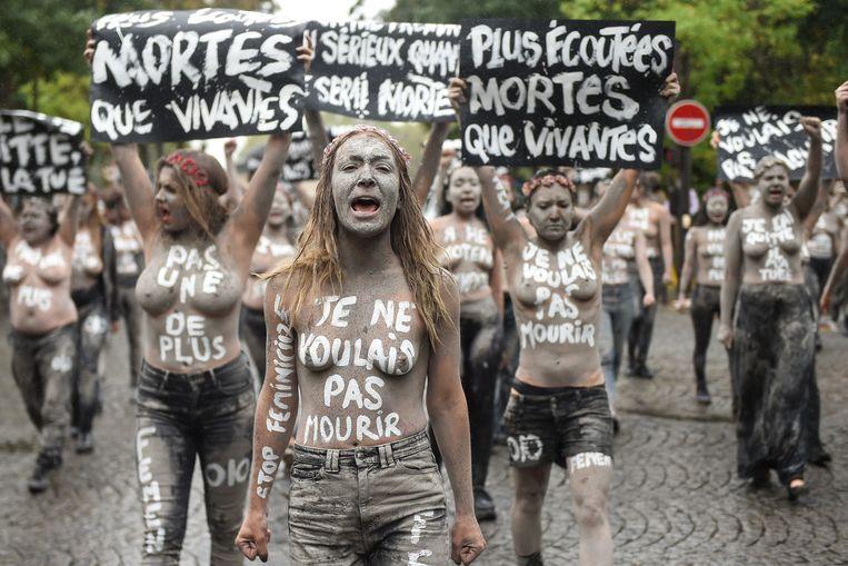 Inna Shevchenko leidt een protestactie van Femen in Parijs. Beeld AFP