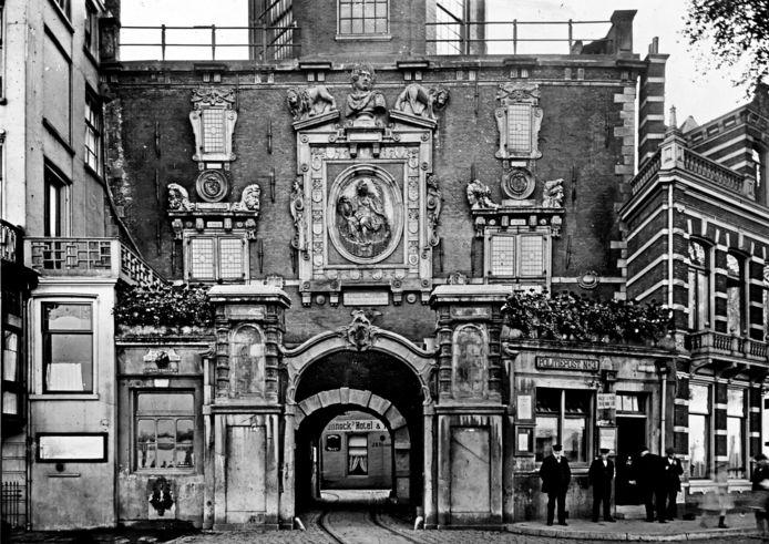 Rechts, bij de mannen, politiepost nummer 3 aan het Groothoofd. Foto ca. 1910.