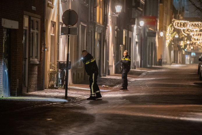 De politie doet na de steekpartij onderzoek in de Smedenstraat.