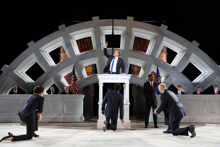 In deze versie van Shakespeares 'Julius Caesar' lijkt de Romeinse keizer (centraal, rol van Greg Henry) erg op de Amerikaanse president.  Beeld rv ©2016 Joan Marcus