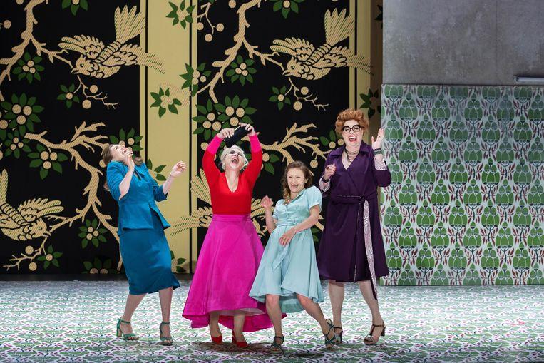 De vrolijke vrouwtjes van Windsor in Verdi's opera 'Falstaff' in Aix-en-Provence. Beeld