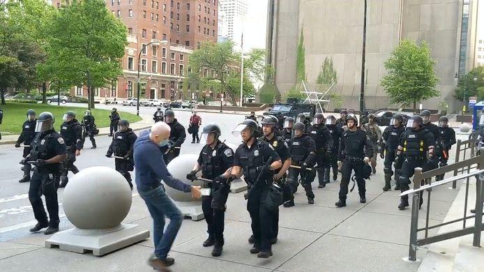 Het moment waarop de man wordt geduwd door agenten tijdens een demonstratie in de Amerikaanse stad Buffalo.