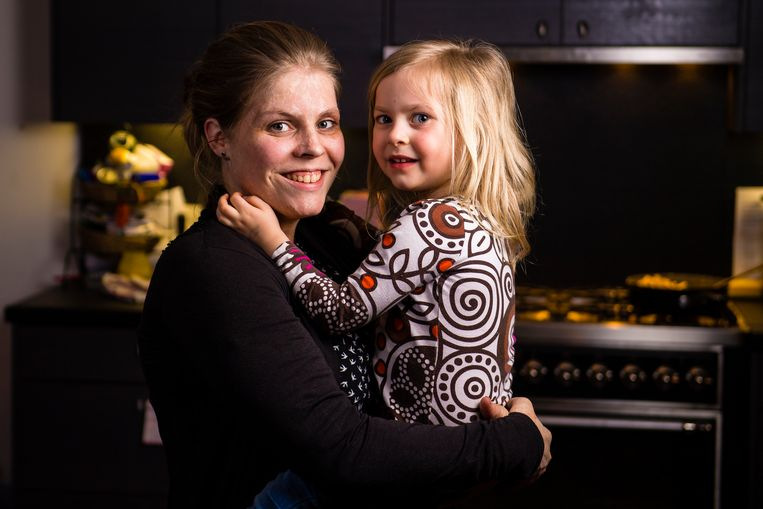 Evi Brosius ging niet langs de plastisch chirurg voor de littekens van haar brandwonden. Ze wil haar kinderen leren dat iedereen mooi is op zijn eigen manier. Beeld Photonews