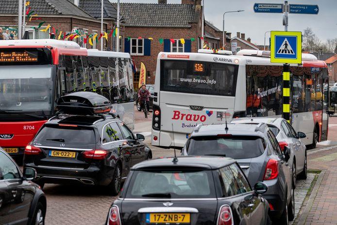 Drukte bij de rotonde in de Akkerstraat, in het centrum van Vlijmen.