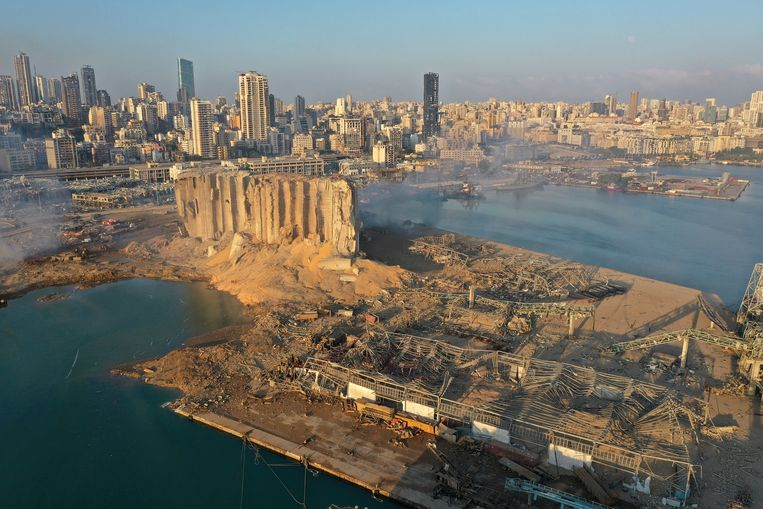 Dronebeelden tonen de enorme schade in de haven waar de explosie plaats vond. Beeld AP