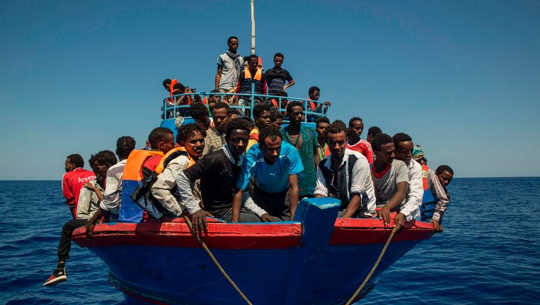 Migranten op een reddingsschip van Artsen zonder Grenzen. Beeld afp