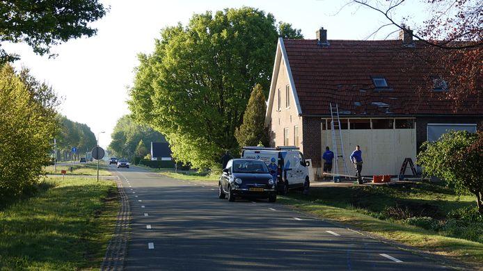 Daags na het ongeluk wordt direct begonnen met het tijdelijke herstel van de woning. Ook is nu goed te zien hoe de weg verder loopt. Op de positie van de fotograaf is een iets flauwe bocht.