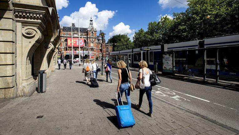 Toeristen met rolkoffers op het Leidseplein. Beeld anp