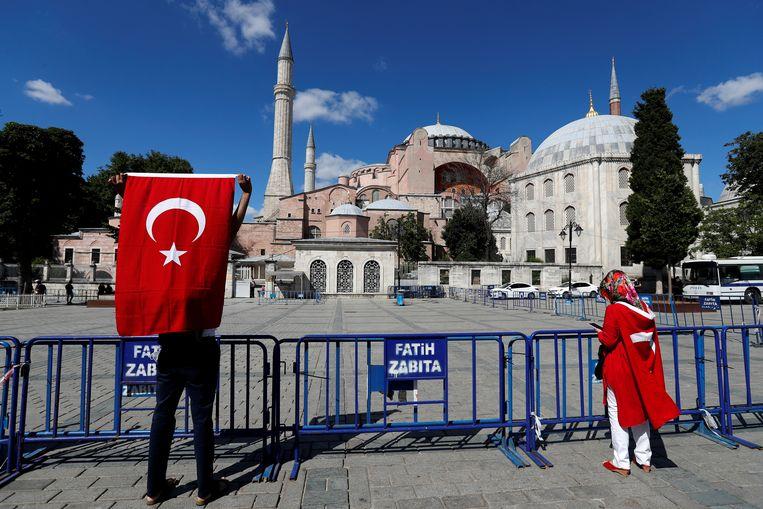 Demonstranten aan de Hagia Sophia. Beeld Reuters