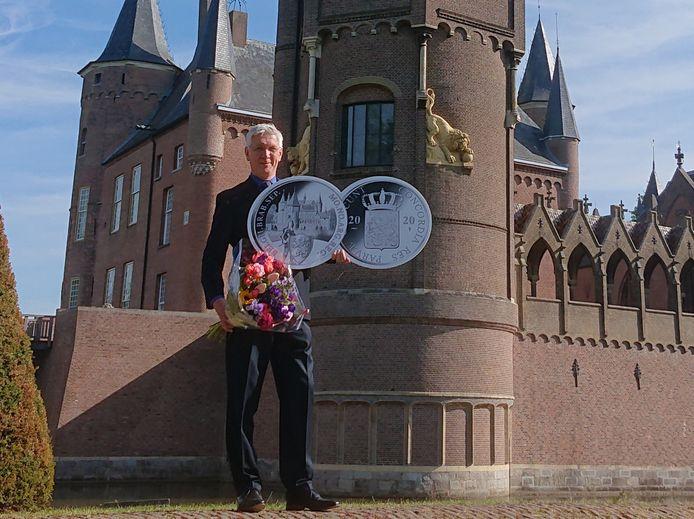 Directeur Luc Eekhout voor Kasteel Heeswijk met kartonnen vergrotingen van de zilveren dukaat.