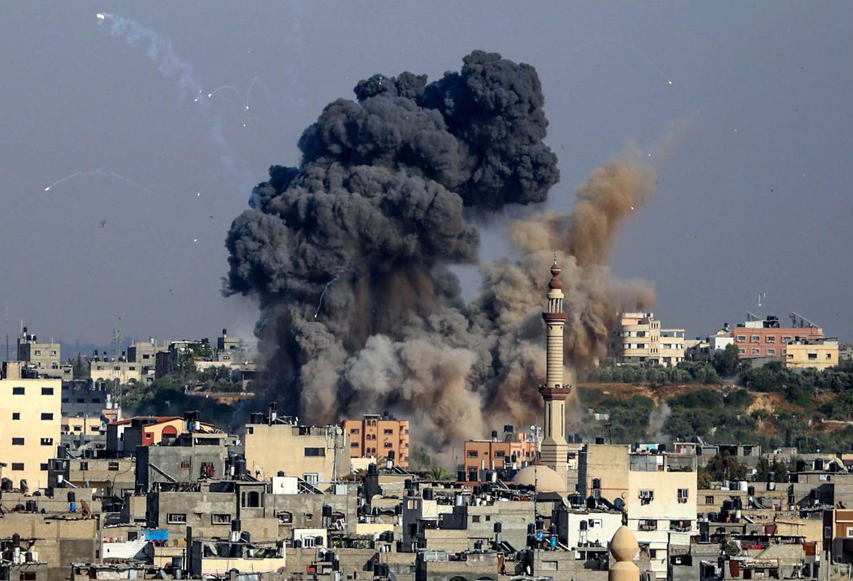 Rookwolken stijgen op boven Gaza Stad, nadat Israël luchtaanvallen heeft uitgevoerd als represaille voor Palestijnse raketbeschietingen.  Beeld AFP