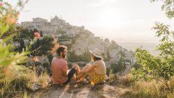 """Overal in Europa duiken brandhaarden op, en tóch willen we naar het buitenland: """"Reizen is levensnoodzakelijk. Het is schoonmaakmiddel voor ons brein"""""""