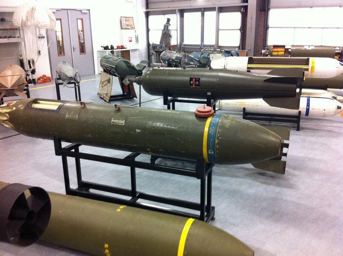 Een hal vol onklaar gemaakte bommen bij de EOD in Soesterberg.