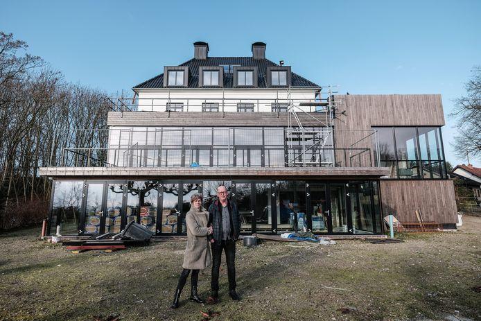 Frank en Geerte Gesthuizen bij het verbouwde deel van het Waldhotel  op de Elterberg.