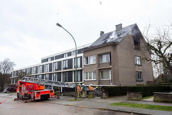 De brand woedde in een van de twee dakappartementen.