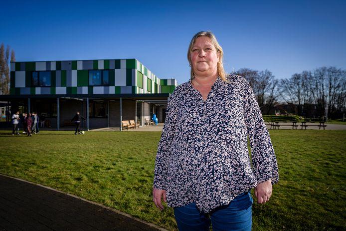 Directeur Manuela Ferket beschikt voortaan over zonnepanelen op het dak van haar schoolgebouw.