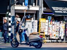 Helm, haarnetje en spray vaste uitrusting voor Amsterdamse scooterverhuurders
