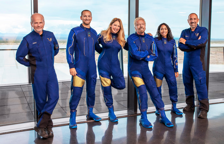 Richard Branson (vierde van links) met de crew van Virgin Galactic.  Beeld Virgin