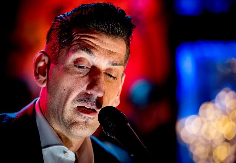 Danny Vera treedt op tijdens de bekendmaking van de Top 2000-lijst in het Top 2000 Café. Beeld ANP