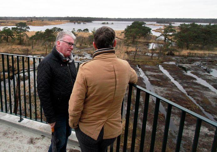 Martin Groffen op de uitkijktoren De Stapper op de Kalmthoutse Heide, met zicht op het Stappersven.