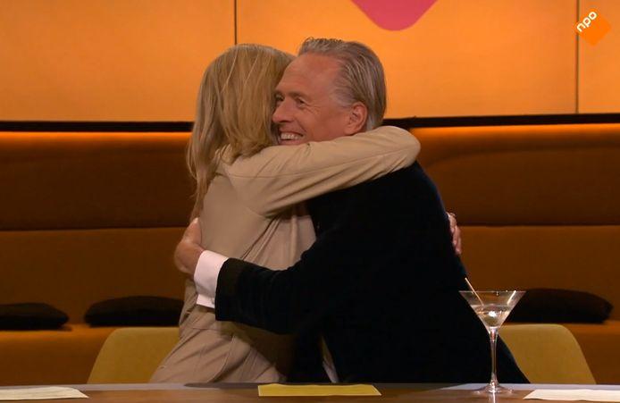 Welmoed en Jort knuffelden elkaar om het einde van de 1,5 meterregel te vieren.