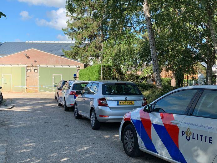 Grote politieactie aan de Wordenseweg in Velddriel vanwege onderzoek naar hennepproductie.