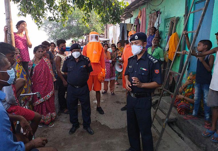 De Indiase 'National Disaster Response Force' vertelt mensen dat ze moeten evacueren. Beeld EPA