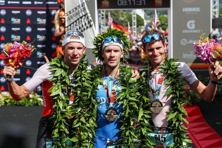 Het podium in Hawaï. Winnaar Patrick Lange in het midden geflankeerd door Bart Aernouts (tweede, links) en David McNamee (net als vorig jaar derde, rechts).