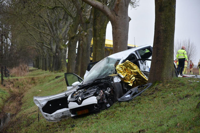 Een auto belandde naast de weg na de botsing in Wanneperveen.