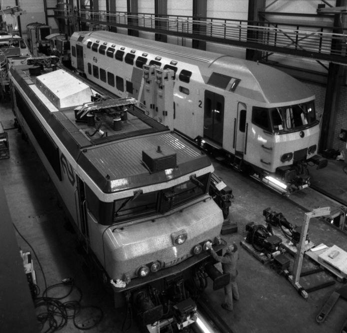 Archieffoto van de NS-werkplaats in Tilburg met 2 treinen waarin het gevaarlijke chroom 6 is gebruikt.