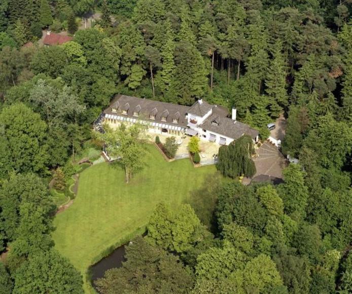 In Breda staat het duurste huis dat zaterdag is te bezichtigen. De woning nabij het Mastbos kost 2.145.000 euro. Daar krijg je 10.060 m² perceeloppervlakte voor. Het huis zelf heeft 9 kamers en drie badkamers.