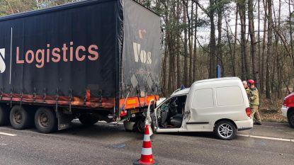 Bestuurder zwaargewond na klap tegen vrachtwagen