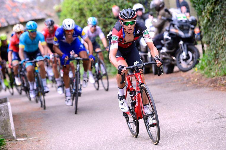 Dylan Teuns trekt stevig door tijdens de Amstel Gold Race, zondag. Philippe Gilbert tracht de kloof dicht te rijden. Beeld Getty Images