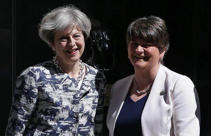 Theresa May (L) samen met DUP-leider Arlene Foster