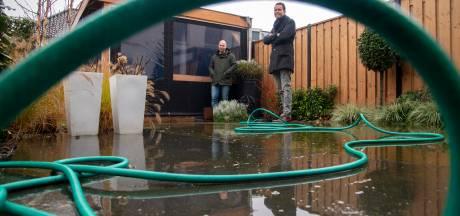 Help! Wie gaat de straat eindelijk wat lager leggen in Harderwijk zodat het regenwater weg kan lopen?