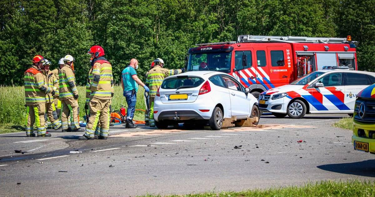 Frontale botsing bij Schokland, brandweer moet bestuurders uit auto bevrijden.