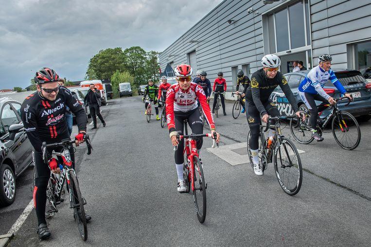 Cameron Vandenbroucke fietste samen met een groep sportievelingen van de Roeselaarse garage van Devos & Dewanckel naar hun site in Ieper.