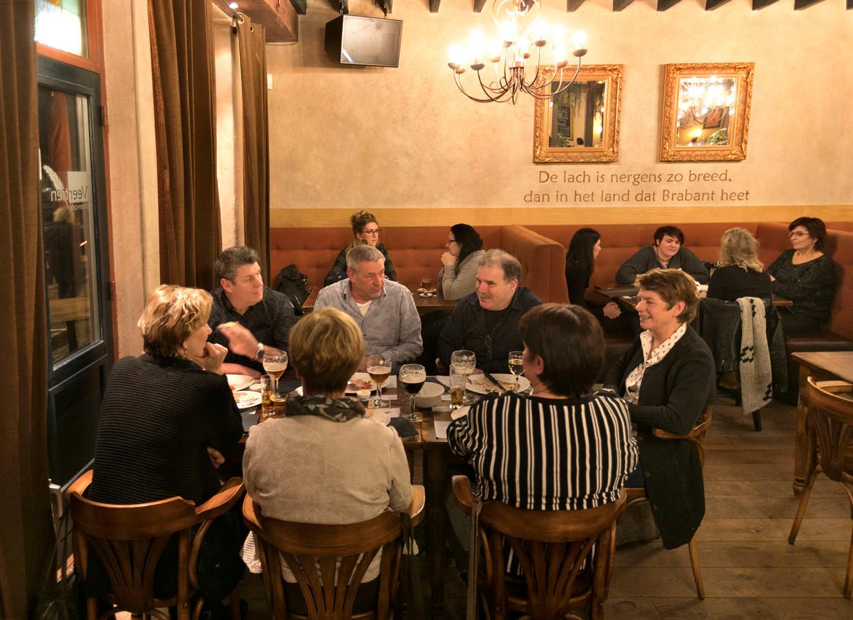 De houten vloer en stoelen zorgen voor een bruincafégevoel in Dinee-café Veertien.