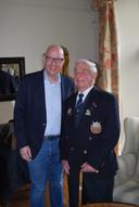 Veteraan Peter Davies, bijna 96, en burgemeester Jack Mikkers