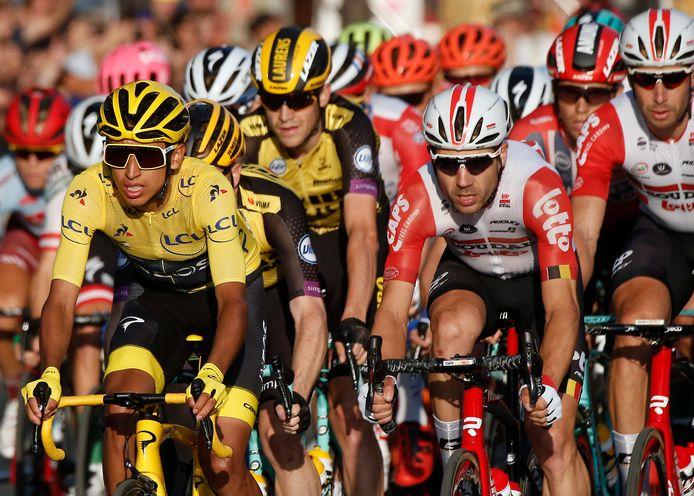 Het peloton met gele truidrager Egan Bernal (l) op de Champs Elysees tijdens de Tour van vorig jaar.