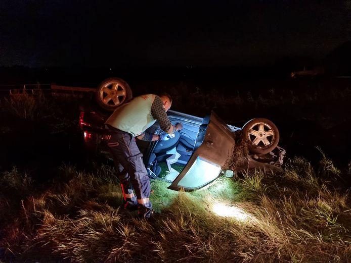Een ambulancebroeder checkt of er niets achterblijft nadat de man in de ambulance is getild.